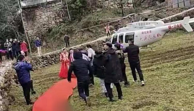 """新人结婚用直升机迎亲机身印""""湖北应急"""""""