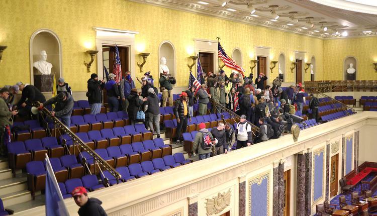 抗议者冲进国会
