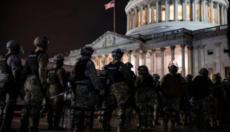 1月6日晚华盛顿DC国会外的防暴警察