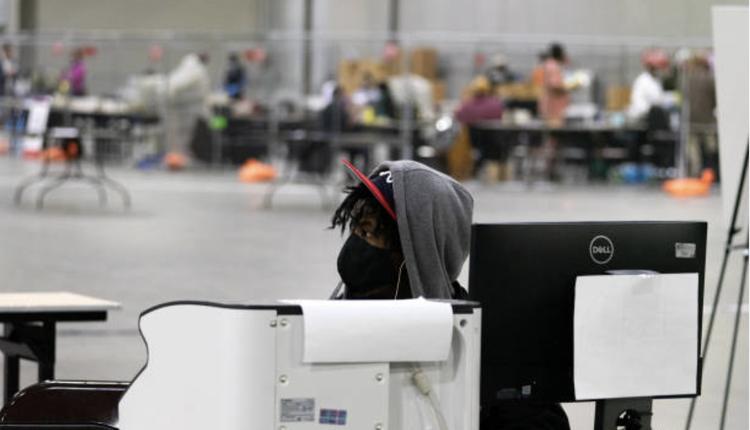 1月5日在乔治亚州亚特兰大投票站