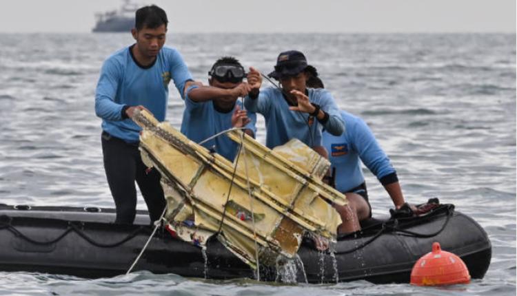 搜救隊正在對印尼失事墜海的班機進行打撈