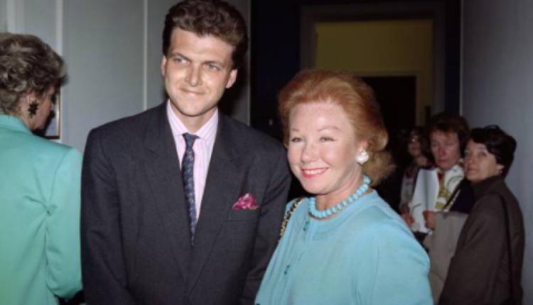 图为1991年本杰明的母亲与本杰明在巴黎的合照