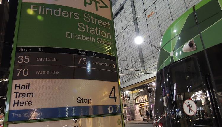 墨尔本 Flinders Street的一个电车站点