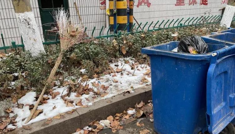老刘倒下的地方。那天用的扫帚还在原处。图/魏荣欢