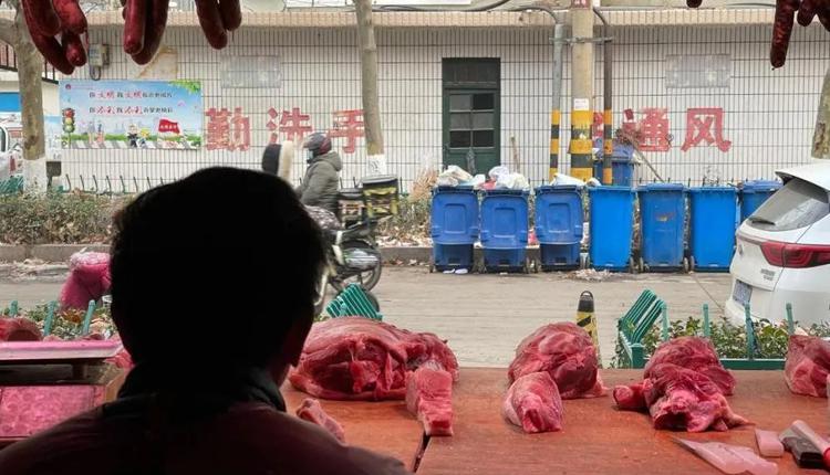 韩本祥的肉铺正对着老刘倒下的地方。图/魏荣欢