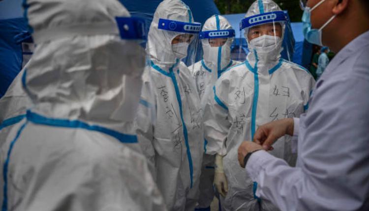 图为北京穿着防护服的防疫人员