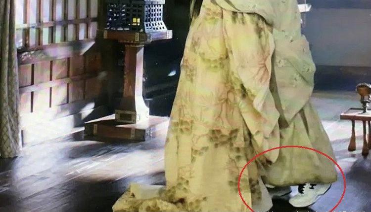 章子怡穿运动鞋穿帮镜头
