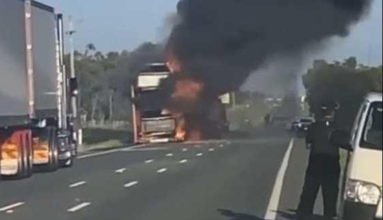 昆州卡车行驶途中起火