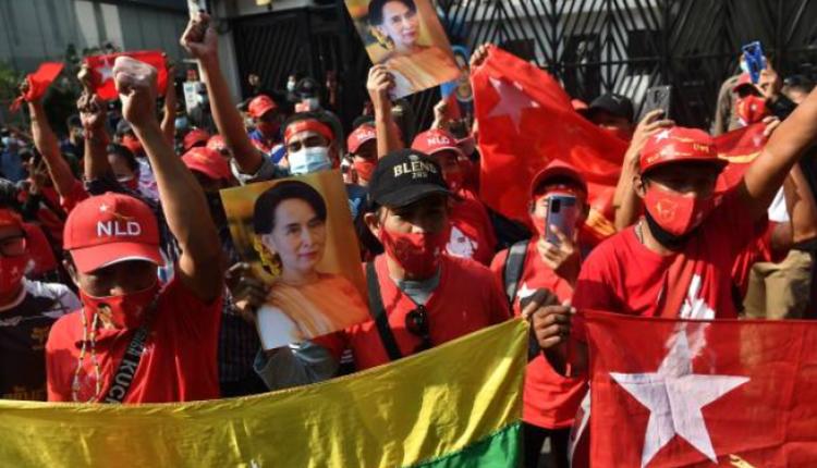 大量缅甸移民前往缅甸驻泰国大使馆前抗疫缅甸军方政变