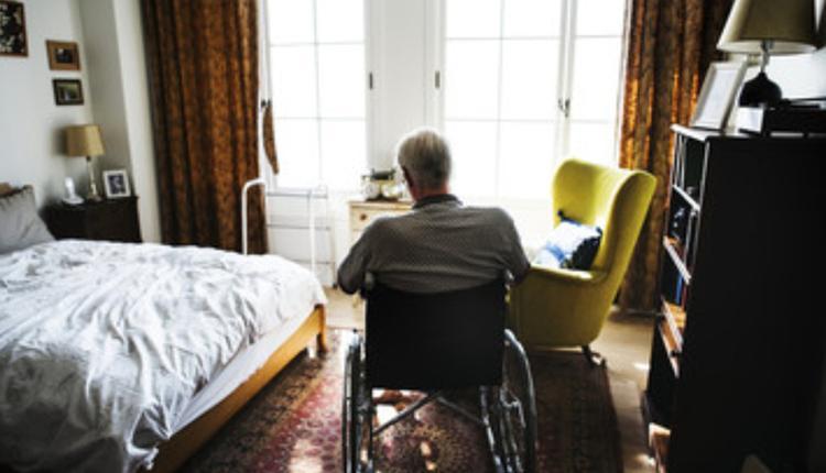 养老院中老人孤寂的背影