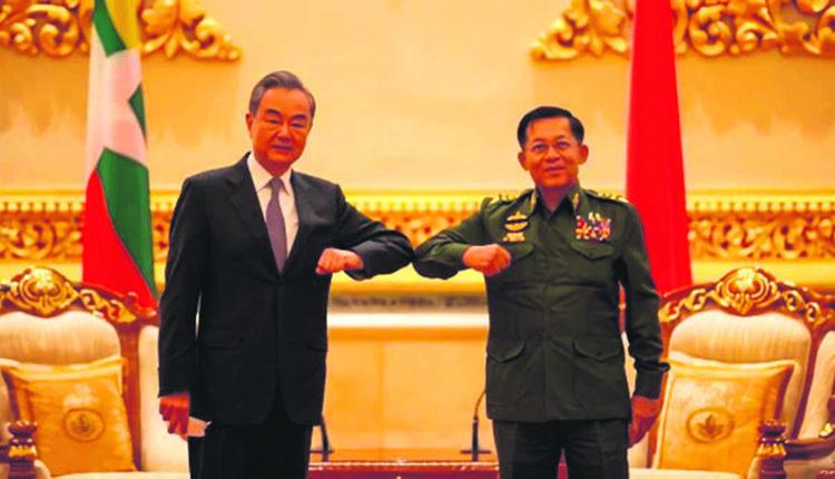 今年1月,中国外交部长王毅(左)在奈比多会见了缅甸武装部队军方总司令敏昂莱。