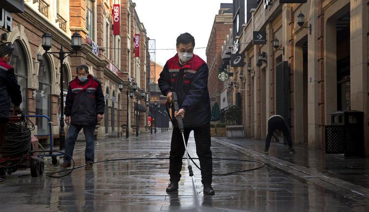 图为去年武汉在封城后,大街上除消毒人员外人迹罕至。