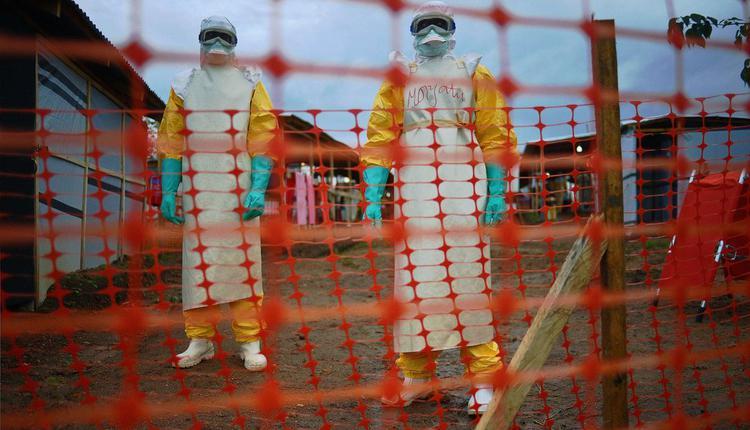 无国界医生组织的医疗工作者身穿防护服,以防感染埃博拉病毒。