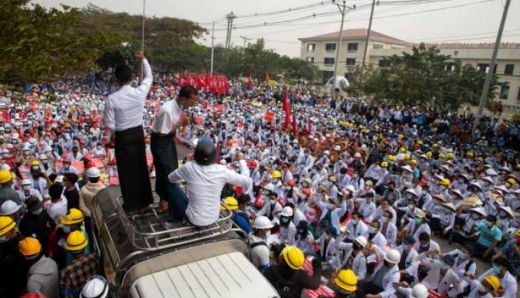 大批民众在缅甸中部城市曼德勒抗议军方政变