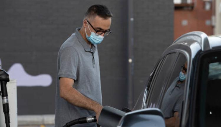 澳洲珀斯一名市民正在加油站给汽车加油