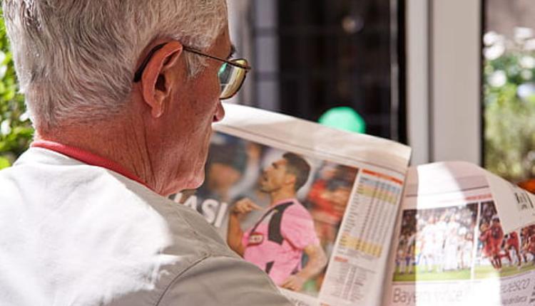 养老 老人老人读报纸