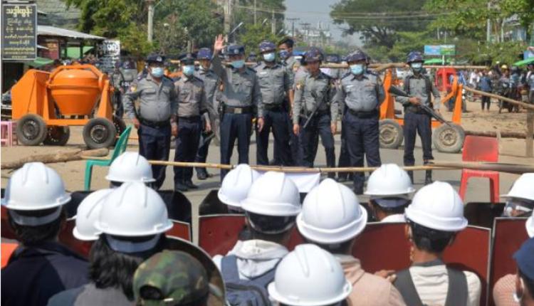 2月26日缅甸内比都示威者与警察对峙