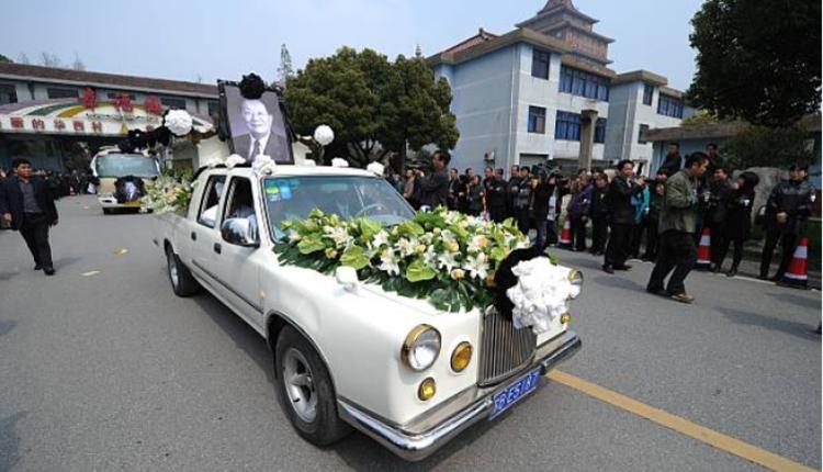 2013年3月22日,華西村書記吳仁寶逝世,圖為載着棺材的豪華轎車駛過華西村大門