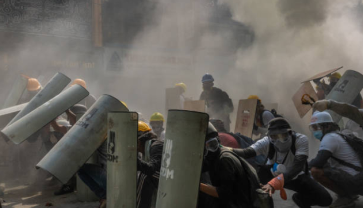 緬甸仰光警察向示威民眾發射催淚彈