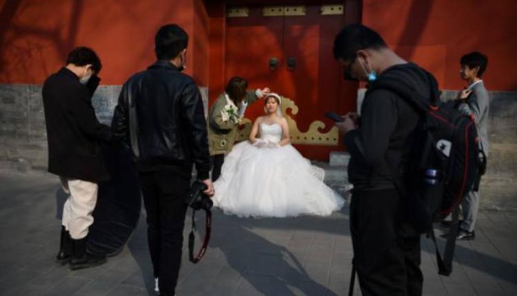 一对新人在北京紫禁城附近拍摄婚纱照
