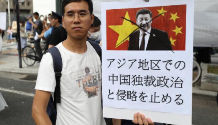 大坂街头民众举起抗议习近平的宣传展板