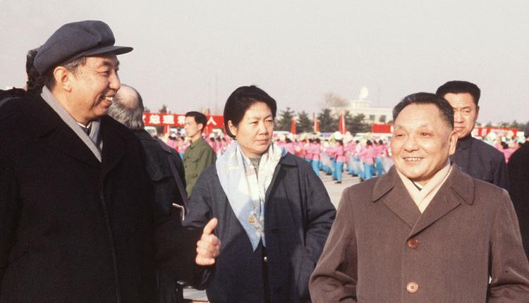 1978年1月19日,中国领导人华国锋(左)和邓小平,在北京机场等候法国总理雷蒙·巴尔的飞机。