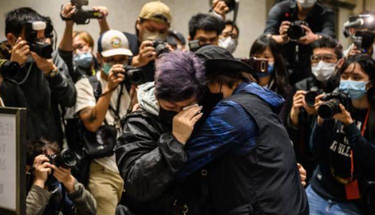 家属在法院外听闻不能保释的消息失声痛哭