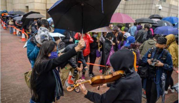 泛民支持者在法院門口聲援