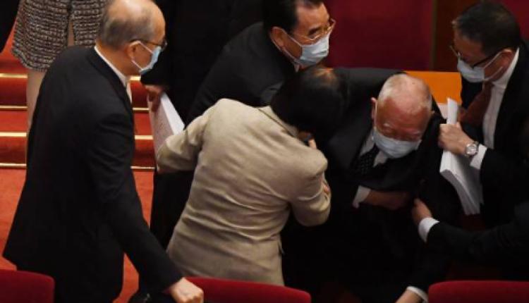 前特首董建華在參加人大會議時跌倒
