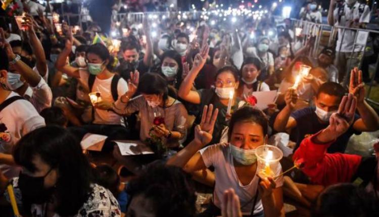 图为在泰国曼谷的缅甸人抗议军方镇压民众