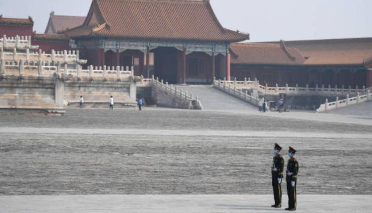 图为2名武警在北京站岗