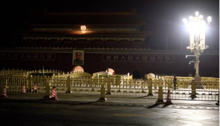 2021年3月7日晚间,北京人民大会堂对面的街道空无一人
