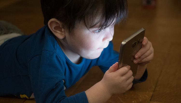 儿童玩手机