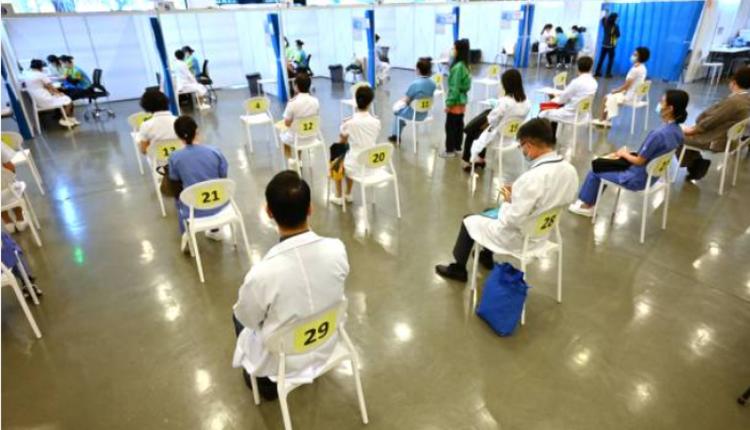 图为香港一线医护人员接种疫苗