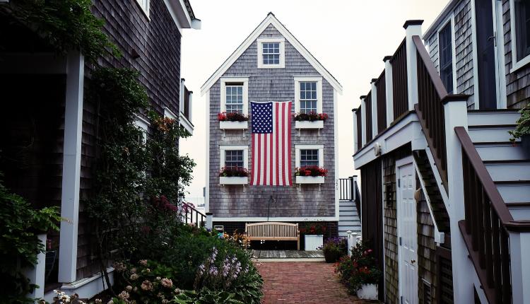 房地产,美国房产,悬挂美国国旗的房产