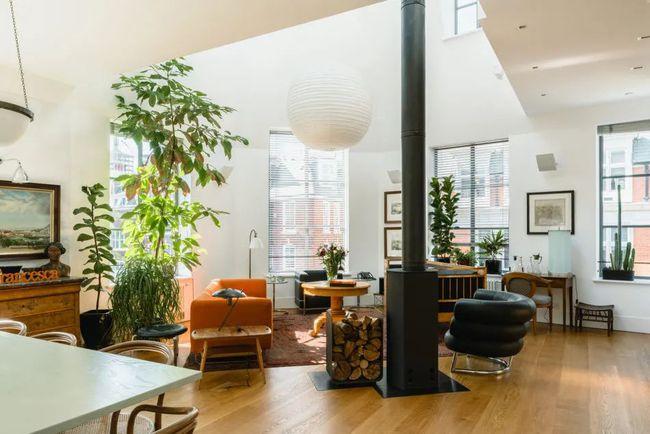 一般家庭的一楼是客厅,但Weiss考虑到临街房子白天的噪音比较多,所以把客厅设计在楼上。