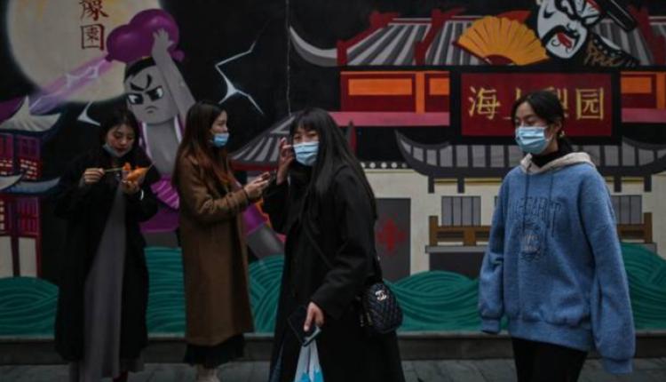图为民众走在上海街头