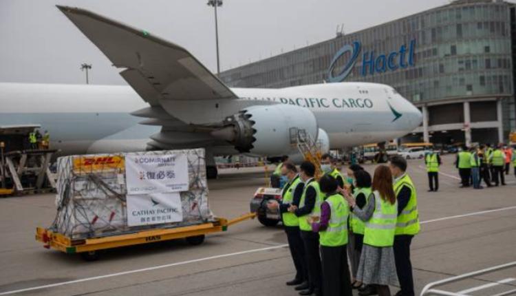 香港衛生官員在機場等待覆必泰卸貨