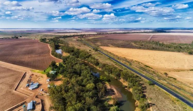 莫里(Moree)位于新州北部内陆地区,距离悉尼约620公里车程,大约7个多小时的车程。