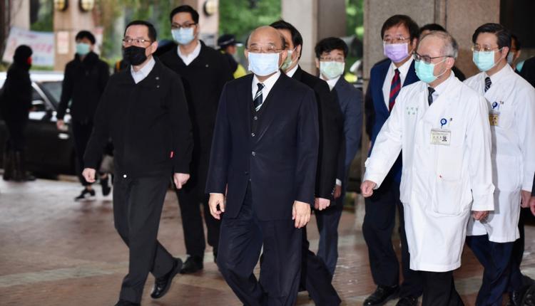 行政院院长苏贞昌和卫福部部长陈时中19日上午在台大医院带头接种AZ疫苗。