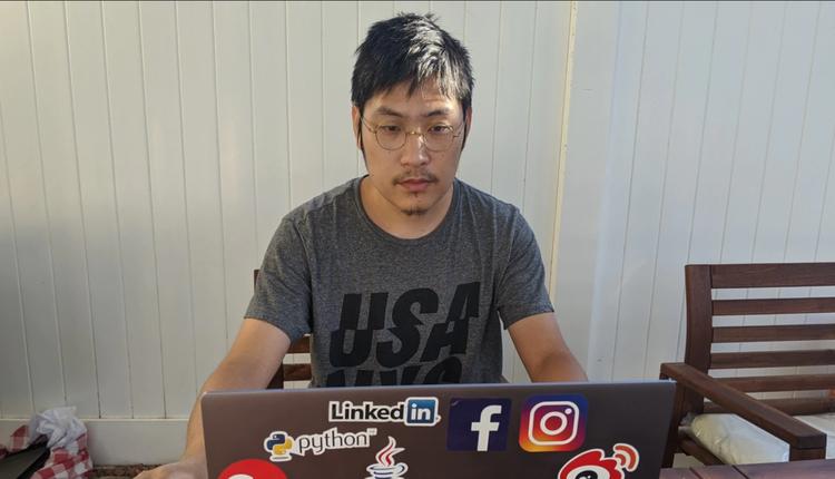 前新浪微博内容审核员刘力朋2020年8月在美国家中