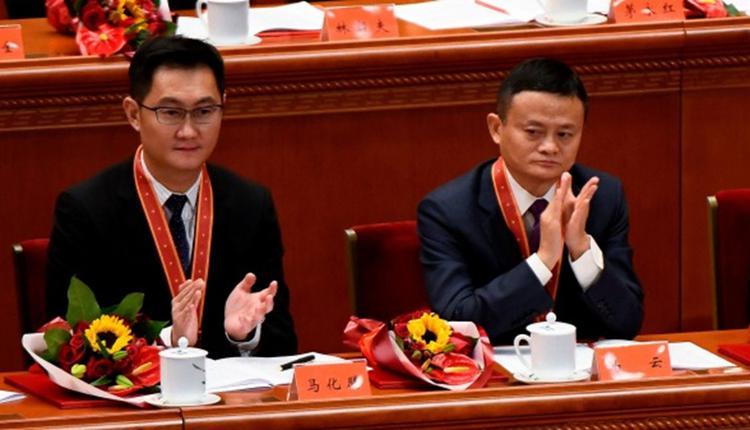 图为参加中国两会的马云和马化腾