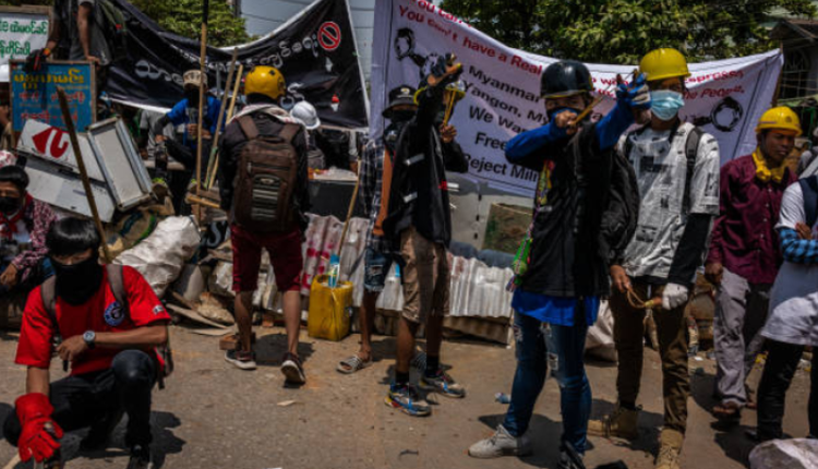 缅甸示威者正在投射自制燃烧瓶