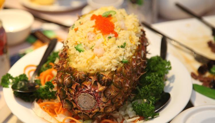 菠萝船海鲜粒炒饭 菠萝炒饭
