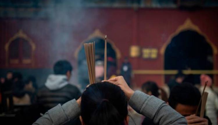 图为民众在北京雍和宫祈福