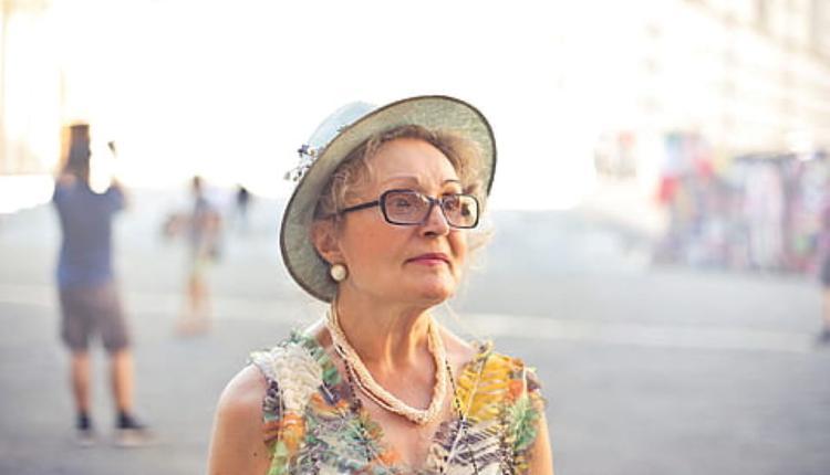 老年妇女示意图