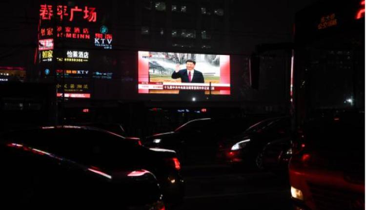 北京街道上一处大屏幕正在播放习近平讲话