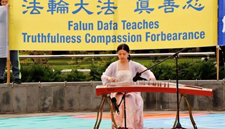 图为本迪戈集会中古筝表演(摄影:Rita)