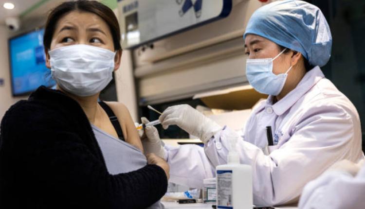 4月8日武汉市民正在接种疫苗