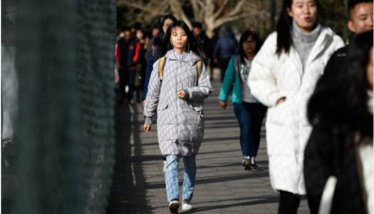 图为中国人民大学学生正赶往教学楼上课